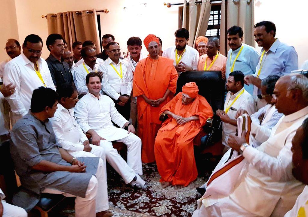 "Congress President Rahul Gandhi meets Siddaganga Mutt chief pontiff Shivakumara Swamiji during ""Janashirvada Rally"" in Karnataka's Tumkur on April 4, 2018. - Rahul Gandhi"