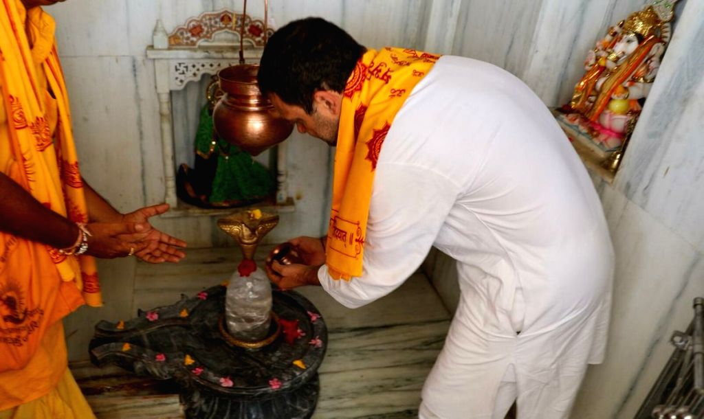 Congress President Rahul Gandhi offers prayers during his visit to Gayatri Mandir, in Rajasthan's Sagwara on Sept 20, 2018. - Rahul Gandhi
