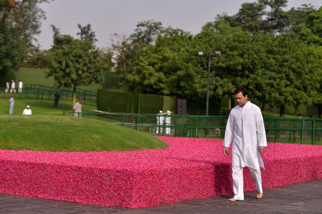 Congress President Rahul Gandhi pays tribute to Former Prime Minister Jawaharlal Nehru on his death anniversary at Shanti Van in New Delhi, on May 27, 2018. - Jawaharlal Nehru and Rahul Gandhi