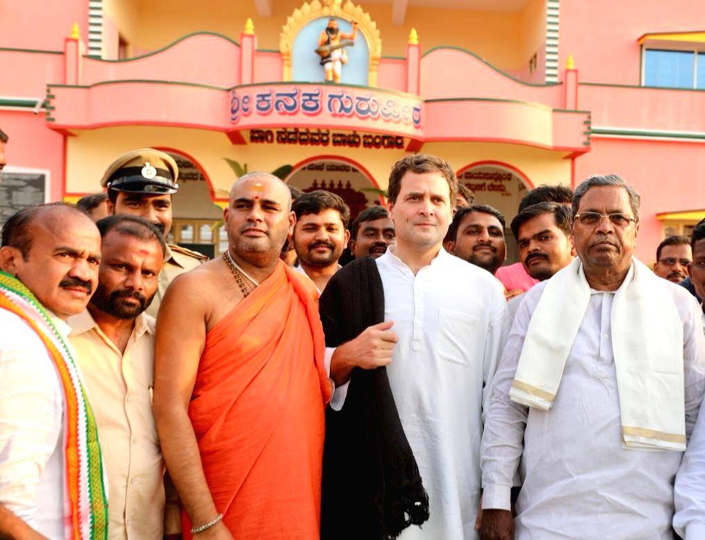Congress President Rahul Gandhi with Karnataka Chief Minister Siddaramaiah and Sri Kaginele Kanaka Guru Peetha Swamy Niranjanananda Puri in Harihara, Karnataka on April 3, 2018. - Siddaramaiah and Rahul Gandhi