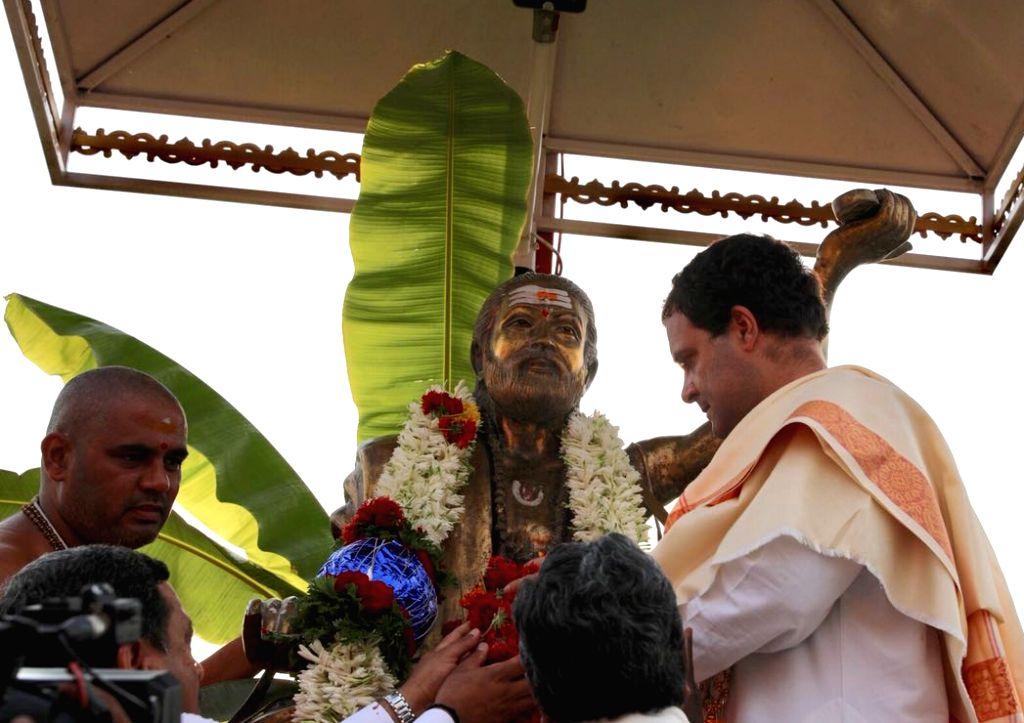 Congress President Rahul Gandhi with Sri Kaginele Kanaka Guru Peetha Swamy Niranjanananda Puri in Harihara, Karnataka on April 3, 2018. - Rahul Gandhi