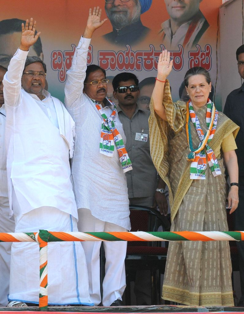 Congress president Sonia Gandhi with Karnataka Chief Minister Siddaramaiah and Karnataka Congress President G. Parameshwara during an Election Campaign in Mysore on April 9, 2014. - Siddaramaiah
