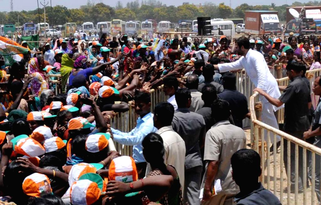 Congress vice president Rahul Gandhi interacts with public during a rally in Madurai of Tamil Nadu on April 21, 2014.