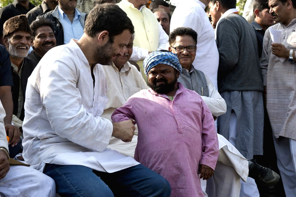 Congress vice president Rahul Gandhi interacts with farmers in Saharanpur of Uttar Pradesh on Nov 23, 2015.
