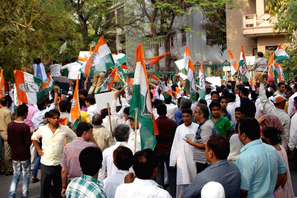 Congress workers demonstrate against BJP leader Subramanian Swamy outside his residence for his remark on Sonia Gandhi's daughter Priyanka Gandhi in New Delhi on April 15, 2014. - Sonia Gandhi and Priyanka Gandhi
