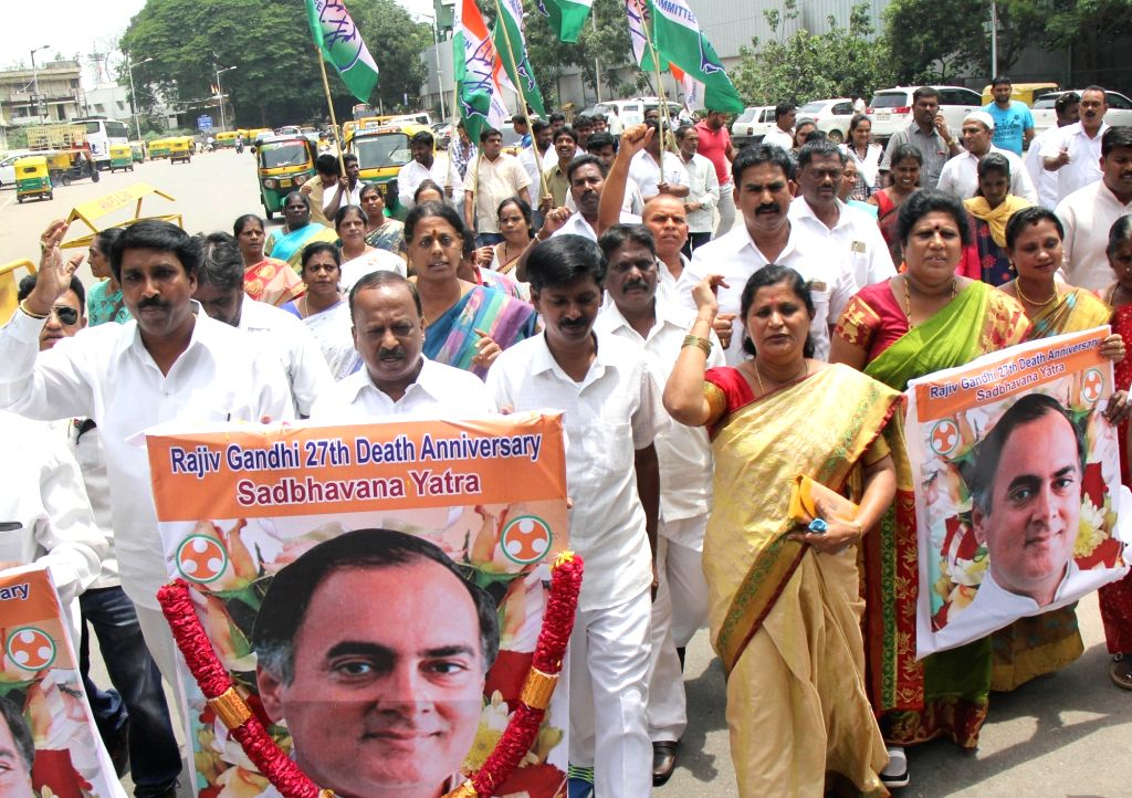 Congress workers participate in a rally on the occasion of former Primer Minister Rajiv Gandhi's 27th death anniversary, in Bengaluru on May 21, 2018. - Rajiv Gandh