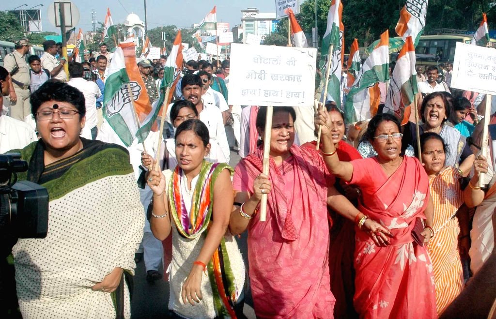 Congress workers stage a demonstration against suspension of party MPs in Patna, on Aug 4, 2015.