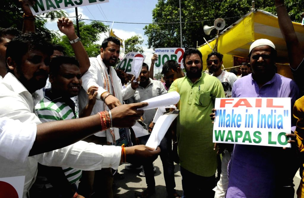 Congress workers stage a demonstration against central government in Patna on Aug 5,2016.