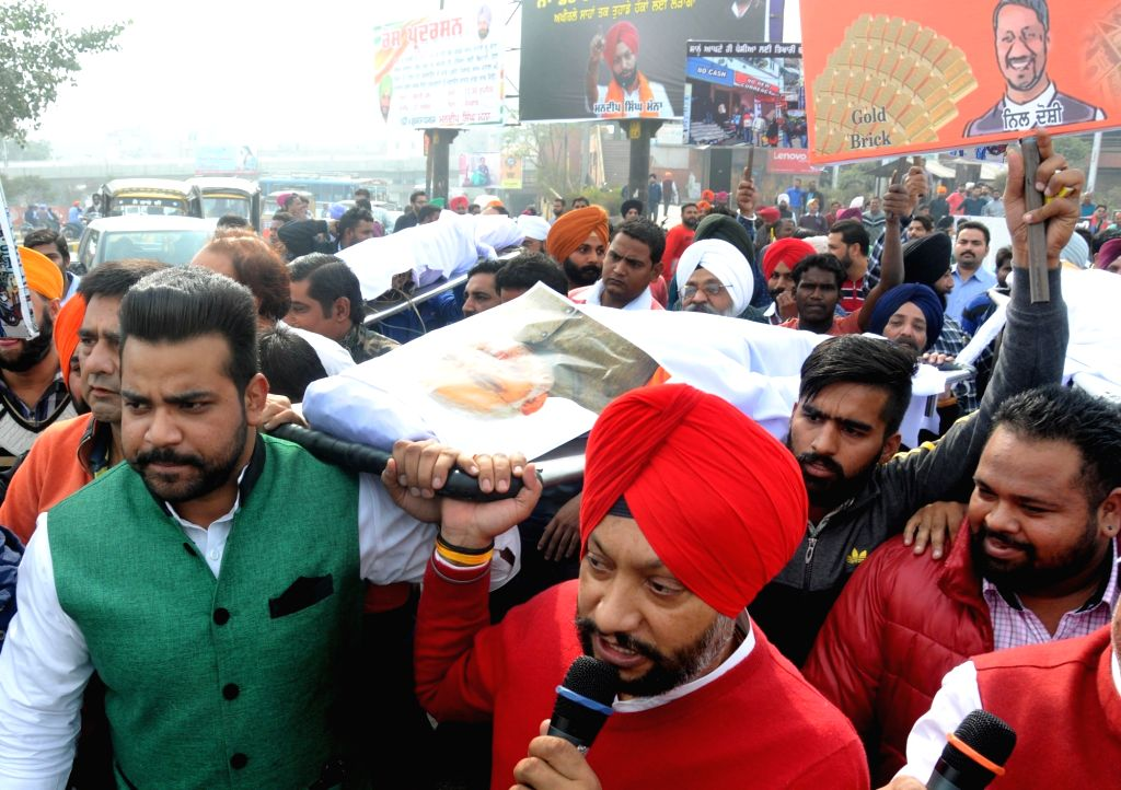 Congress workers stage a demonstration against demonetisation of bank notes by central government in Amritsar on Nov 21, 2016.