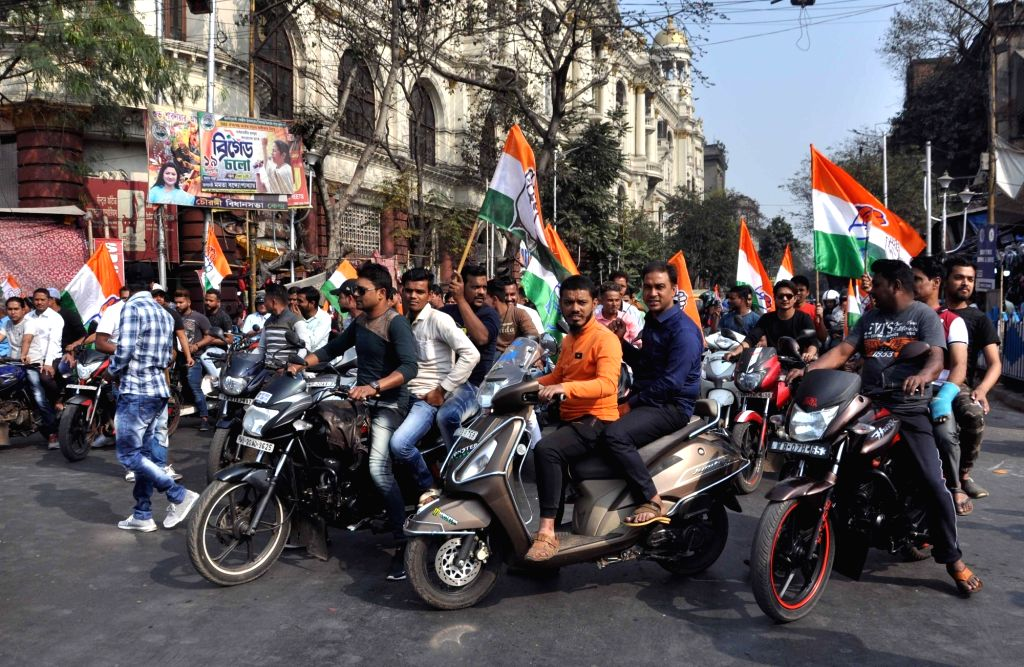 Congress workers stage a demonstration against the state and the central governments in Kolkata on Feb 6, 2019.