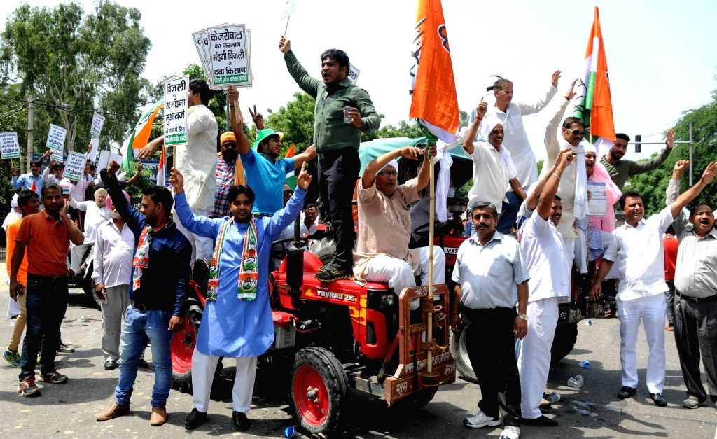 Congress workers stage a demonstration in front of Delhi Chief Minister Arvind Kejriwal's residence in New Delhi, on Aug 16, 2016. - Arvind Kejriwal