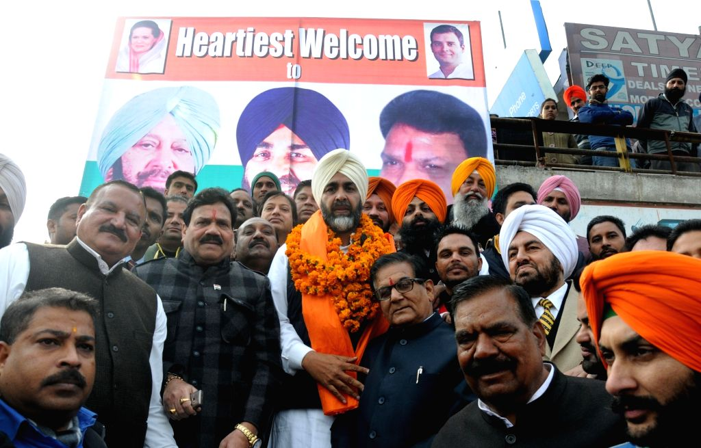 Congressmen welcome Manpreet Singh Badal who has merged his People's Party of Punjab (PPP) with the Congress party recently in Amritsar on Jan 18, 2016.