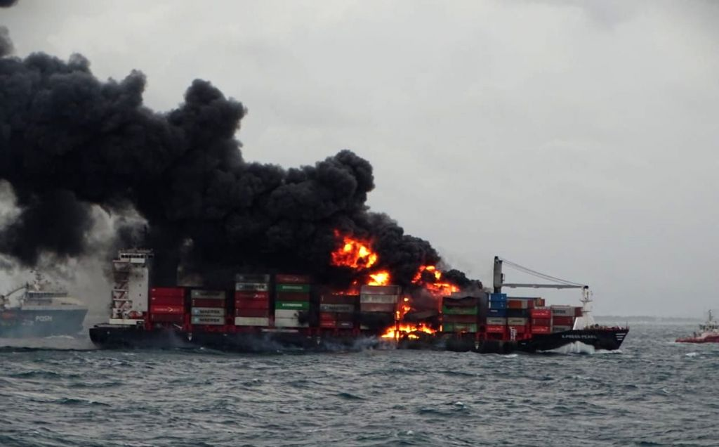 Container ship turns into floating inferno off Colombo, ICG on way. credit : Twitter/ Sri lanka air force