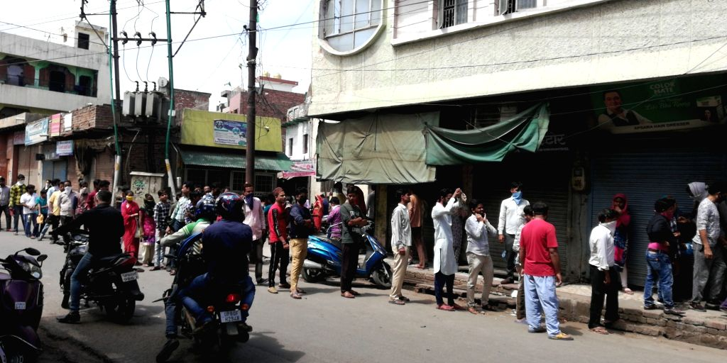 Corona virus: (Agra) Dozens of people out in Lohamandi, ignoring the threat of COVID-19 for rationing.