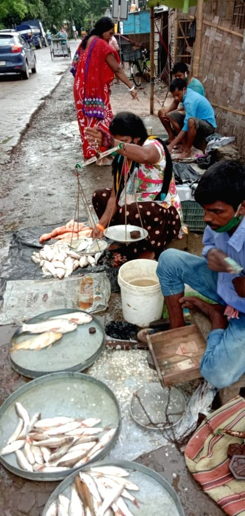 COVID-19 forces circus queen to become fish vendor.