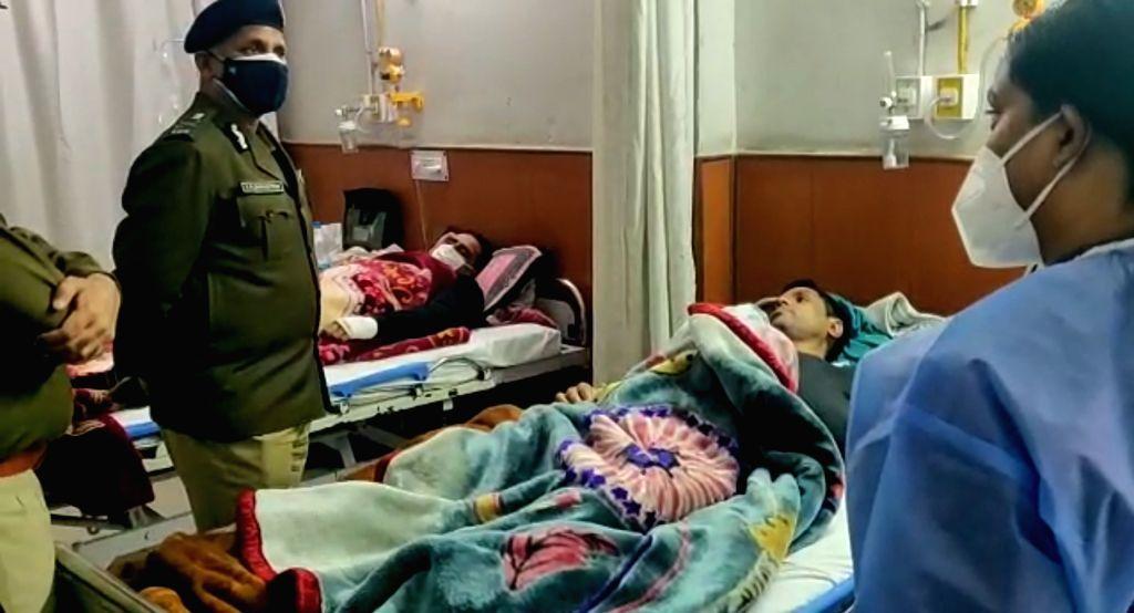 CP Delhi Police visits the injured policemen in the hospital.