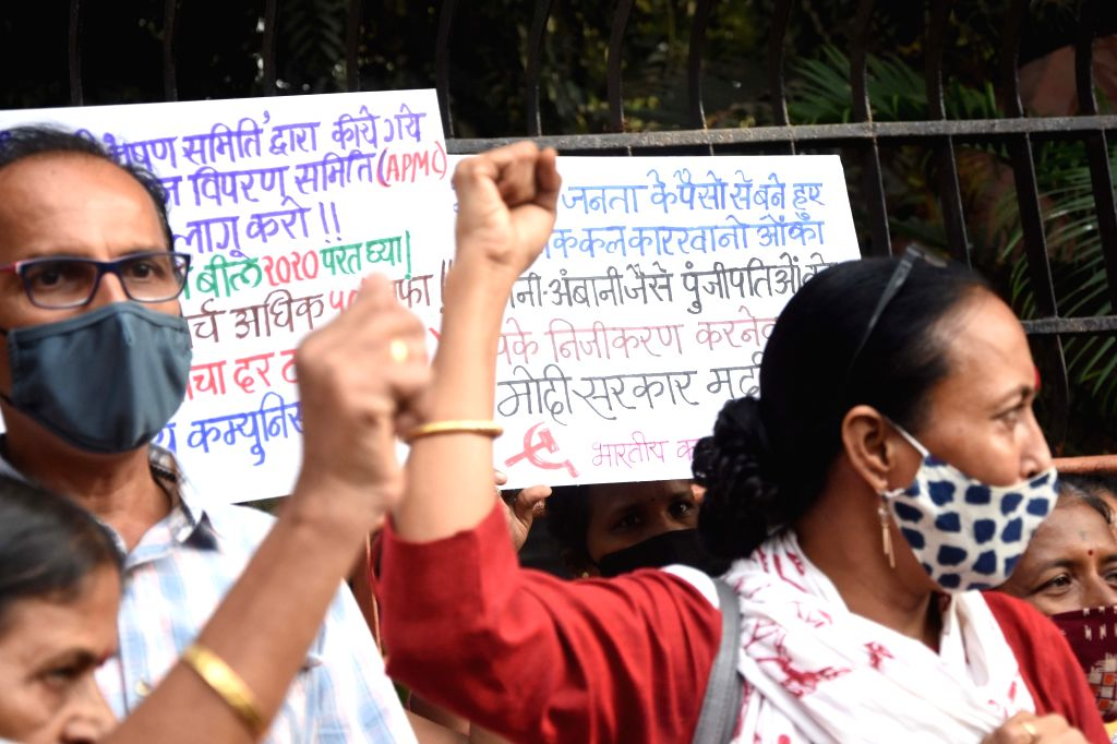 CPI activists protest against the Central Government's three farm laws, at Dadar in Mumbai on Dec 4, 2020. (Phot: IANS)