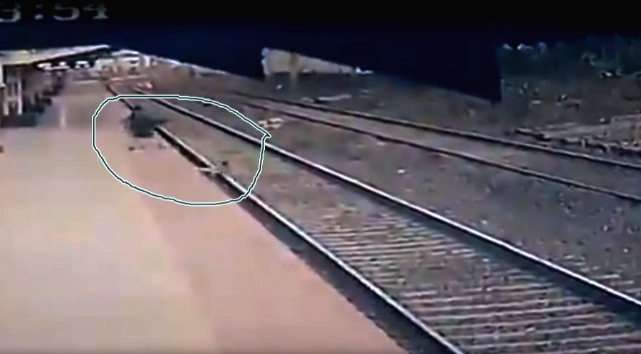 CR man races before speeding train to save kid in Thane