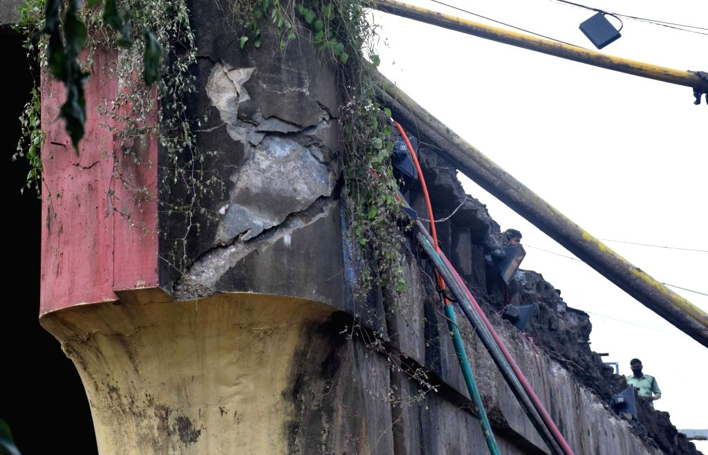 Cracks seen on a part of the 40-year-old Majerhat Bridge, a portion of which collapsed a day earlier, in Kolkata on Sept 5, 2018. A part of the bridge between Taratala and Mominpur collapsed ...