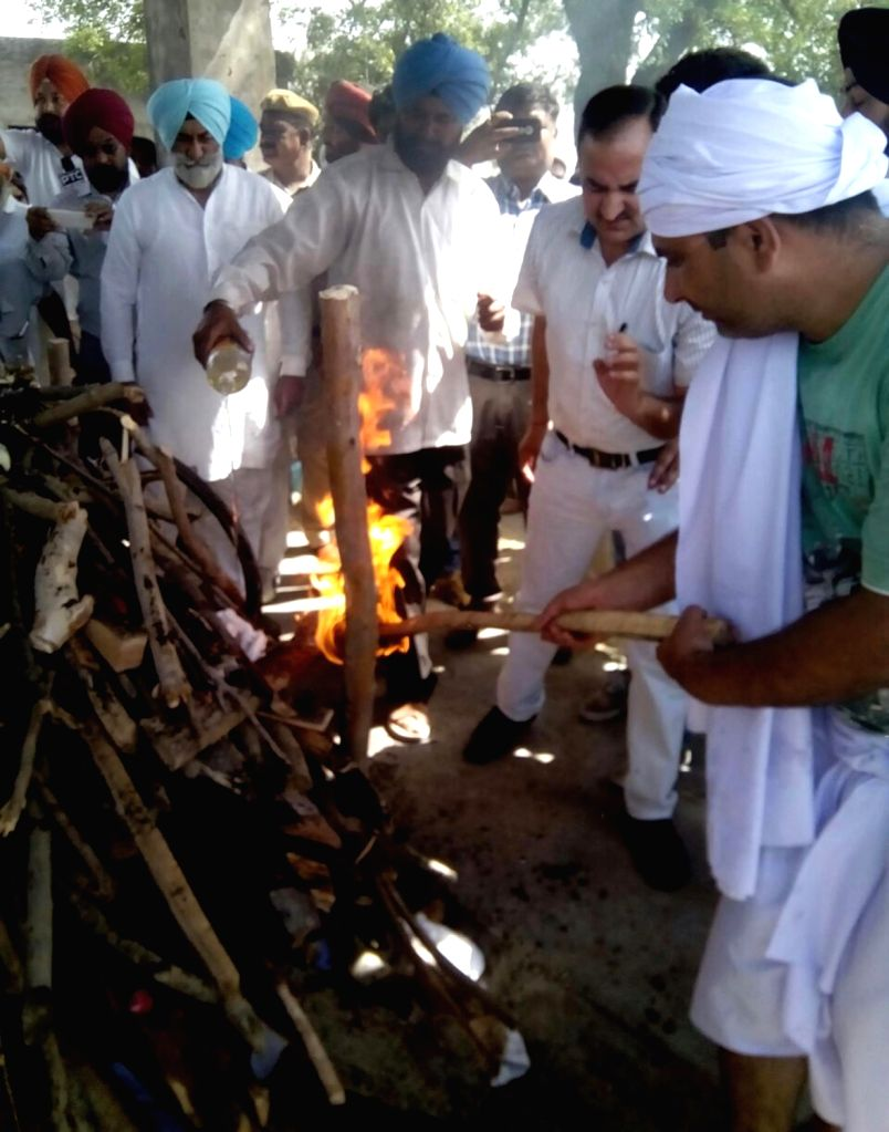 Cremation of Kirpal Singh, an Indian prisoner who died at the Kot Lakhpat Jail in Pakistan underway at his native village Mustafabad Saidan in Gurdaspur district of Punjab on April 20, ... - Kirpal Singh