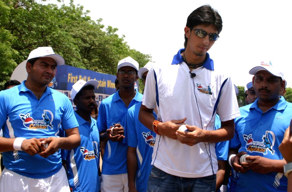 """Cricketer Ishant Sharma with  Pepsi's """"First Ball ka Captain"""" winners at a  bowling training event in New Delhi on Wednesday 27 May 2009."""