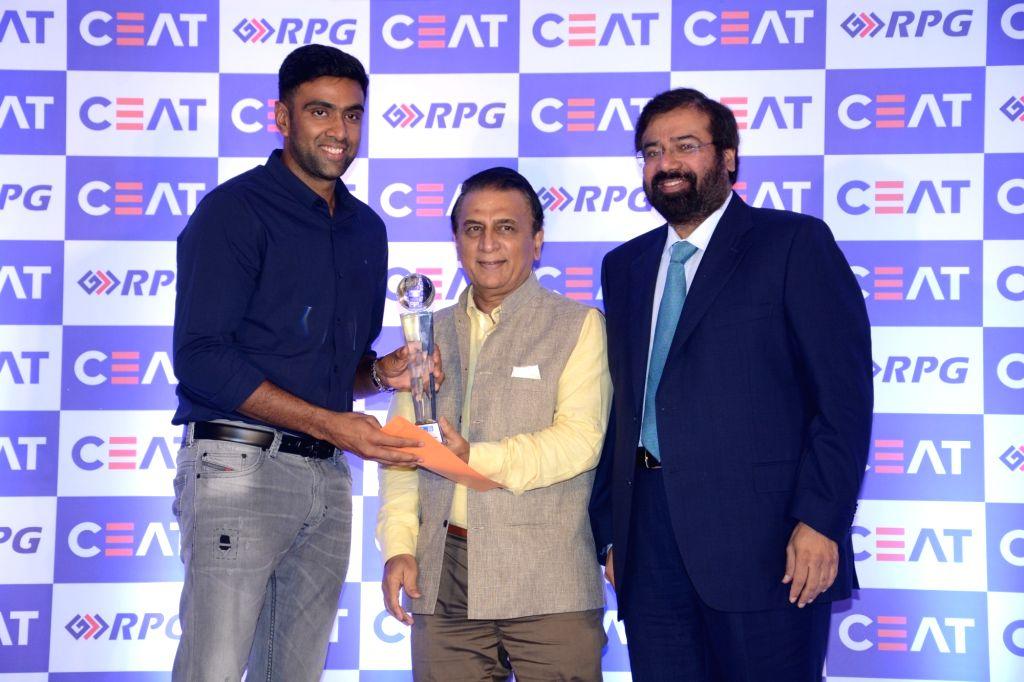 Cricketers Ravichandran Ashwin and Sunil Gavaskar with RPG Enterprises Chairman Harsh Goenka at CEAT Cricket Rating Awards 2017 in Mumbai on May 24, 2017. - Goenka