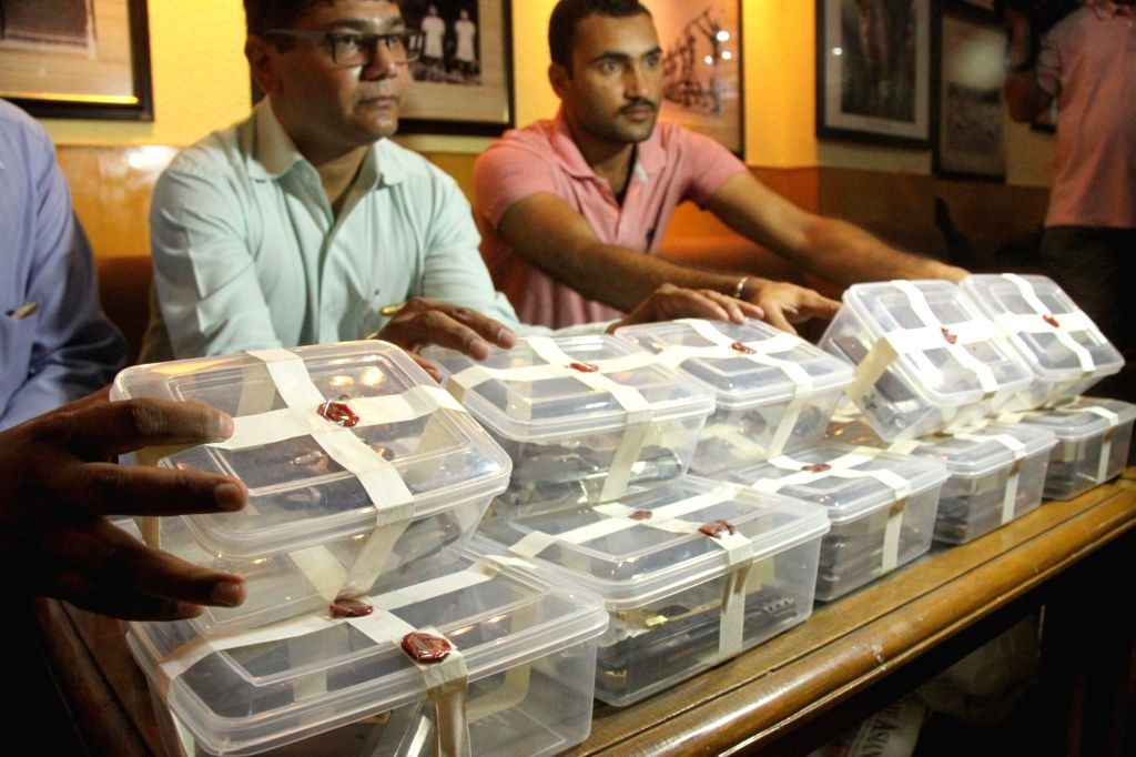 Crime branch officials presents before press semi-automatic pistols recovered from an arms supply gang in New Delhi on Aug 12, 2017.