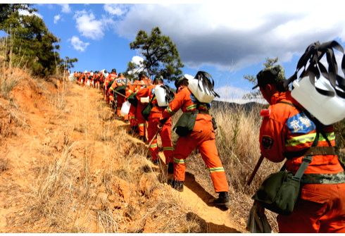 DALI, May 24, 2018 - Firefighters walk to put out forest fire at Yunlang Village of Fengyi Town in Dali Bai Autonomous Prefecture, southwest China's Yunnan Province, May 22, 2018. A forest fire that ...