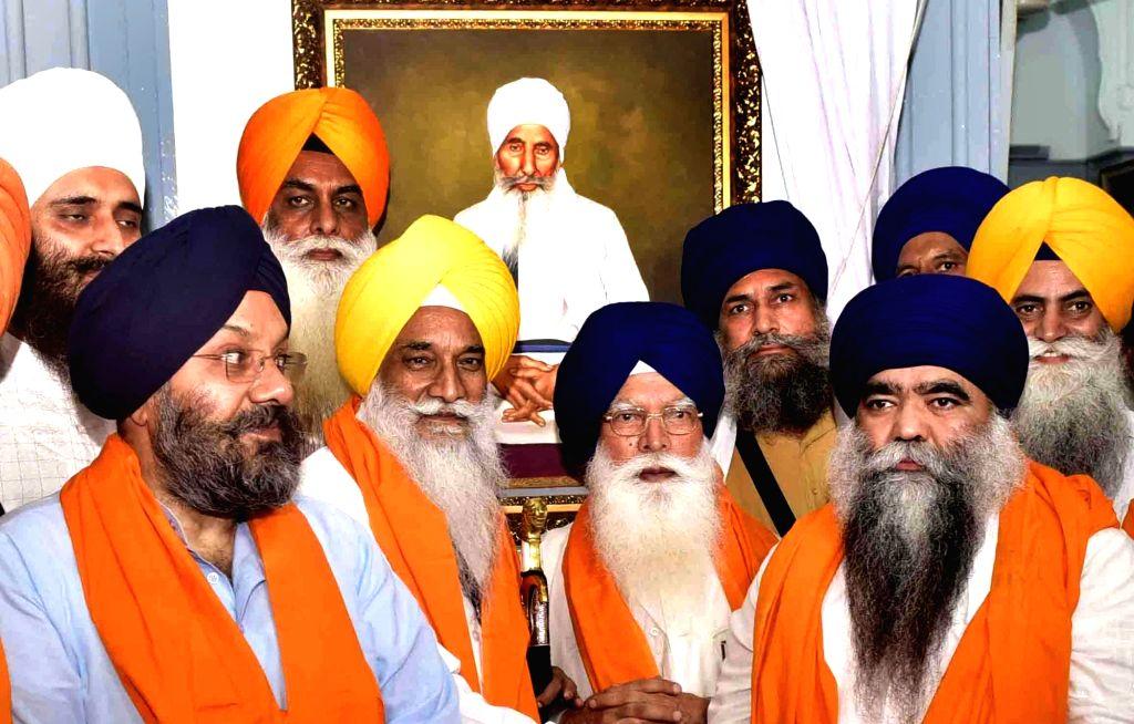 Damdami Taksal Dera Chief Harnam Singh Dhumma, SGPC president Kirpal Singh Badungar, Jathedar Akal Takht Gaini Gurbachan Singh, along other SGPC members unveil the portrait of Baba Thakur ... - Kirpal Singh Badungar and Thakur Singh