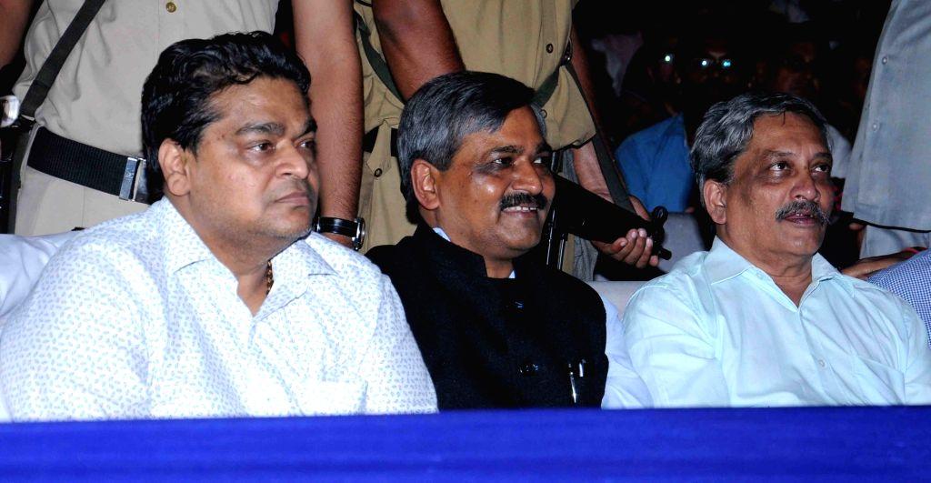 Defence Minister Manohar Parrikar and Delhi BJP chief Satish Upadhyay at Lav Kush Ramlila in New Delhi, on Oct 7, 2016. - Manohar Parrikar and Satish Upadhyay