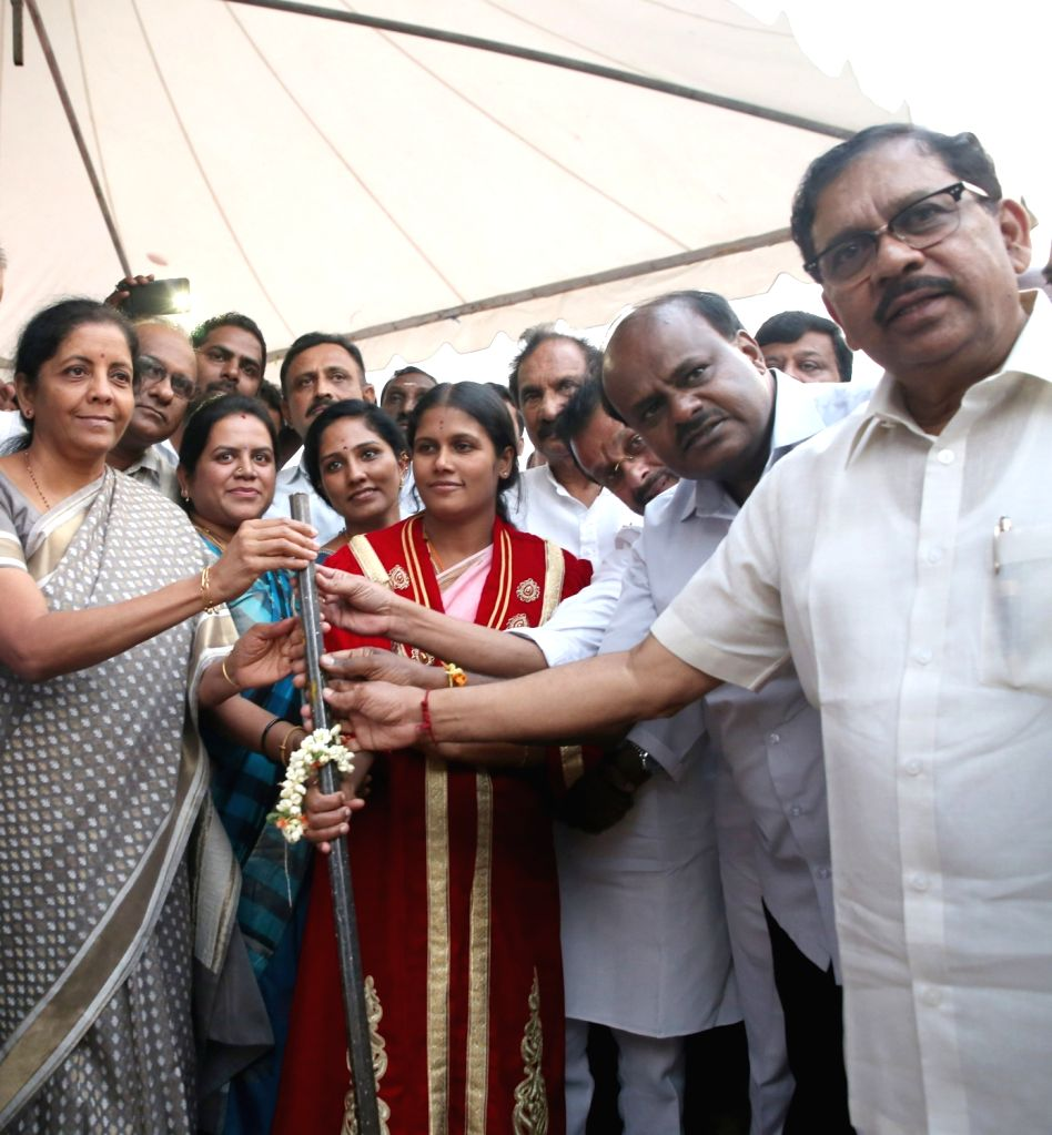Defence Minister Nirmala Sitharaman, Karnataka Chief Minister HD Kumaraswamy, Deputy Chief Minister G Parameshwara, Large and Medium Scale Industries Minister KJ George and others at the ... - Nirmala Sitharaman