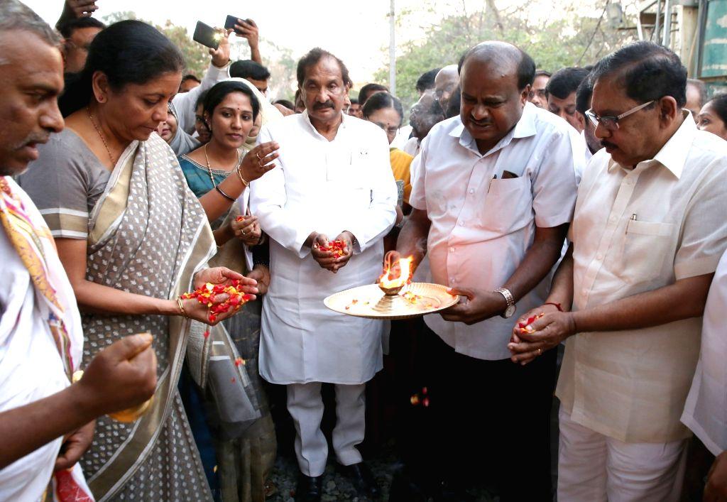 Defence Minister Nirmala Sitharaman, Karnataka Chief Minister HD Kumaraswamy, Deputy Chief Minister G Parameshwara, Large and Medium Scale Industries Minister KJ George and others at the ... - Nirmala Sitharaman
