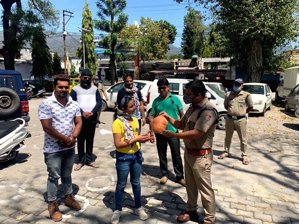 Dehradun: 11 year old 5th class student Aliya Chawla is giving her piggy bank to the police staff in order to contribute in the fight against corona in Dehradun. (Photo: Sanjeev Kumar Singh Chauhan)