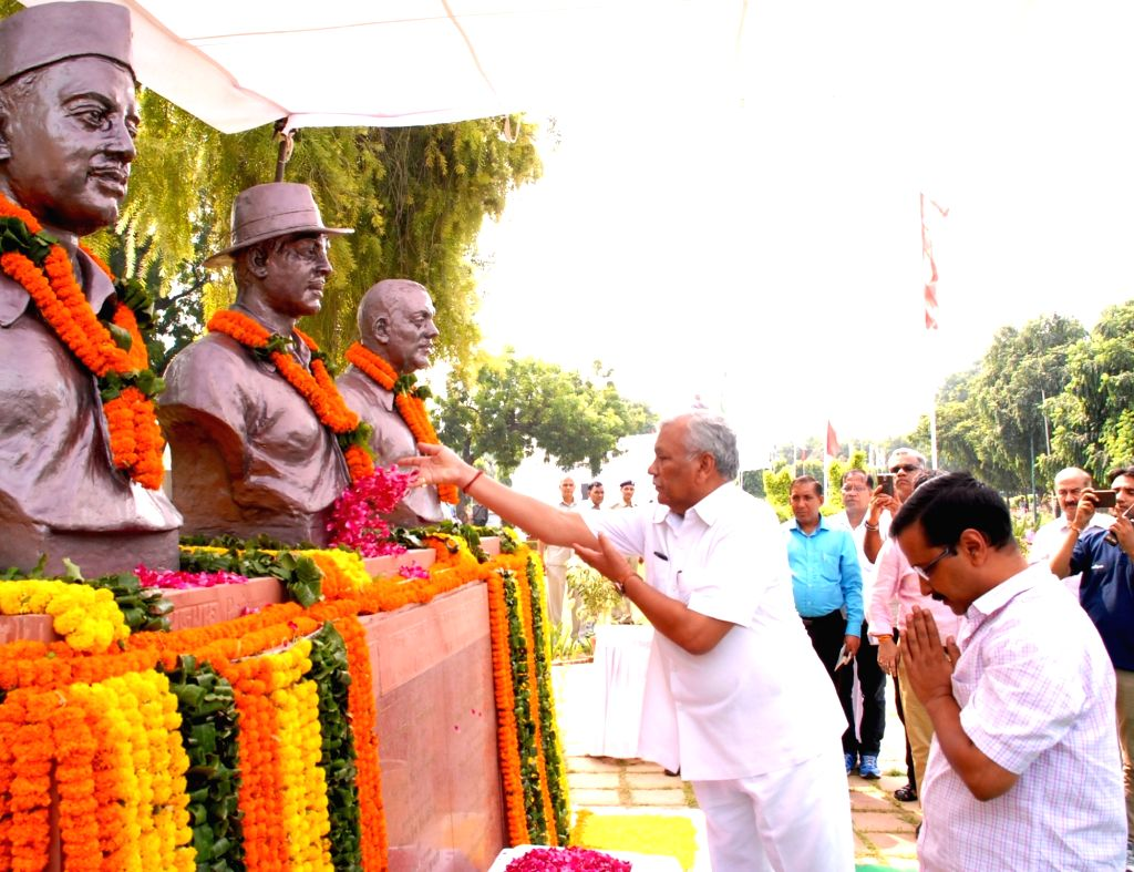 Delhi Assembly speaker Ram Niwas Goel pays tribute to martyr Bhagat Singh on the eve of his birth anniversary in New Delhi on Sept 27, 2016. Also seen Delhi Chief Minister Arvind Kejriwal. - Ram Niwas Goel, Bhagat Singh and Arvind Kejriwal