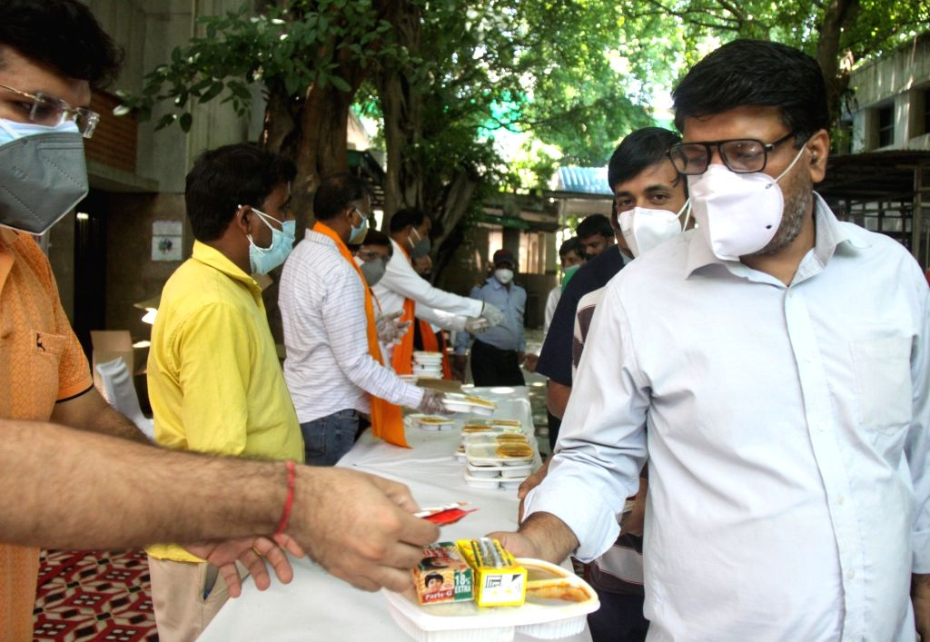 Delhi BJP President Adesh Gupta along with support distribute food for the family of Corona infected patients on the occasion of Sewa Hi Sangathan at Hindu Rao Hospital in New Delhi on ... - Adesh Gupta and Rao Hospital