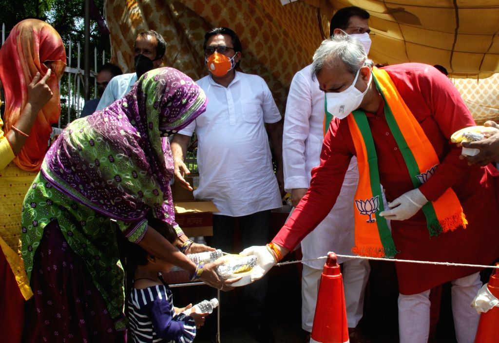 Delhi BJP President Adesh Gupta along with supporters distribute food for the Relatives and family of Corona infected patients at AIIMS Hospital in New Delhi on Tuesday, 25 May, 2021. - Adesh Gupta