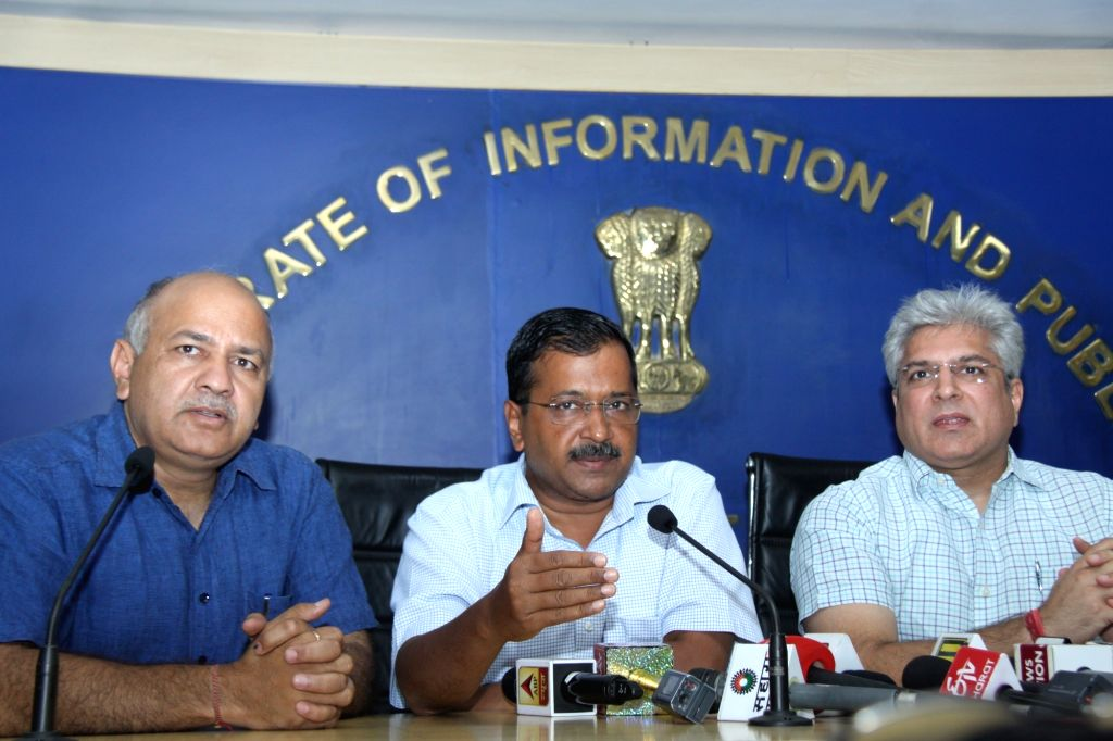 Delhi Chief Minister Arvind Kejriwal accompanied by Deputy Chief Minister Manish Sisodia and Transport Minister Kailash Gahlot, addresses a press conference in New Delhi on June 3, 2019. - Arvind Kejriwal