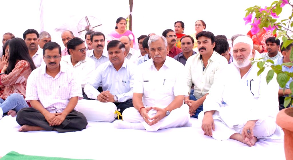 Delhi Chief Minister Arvind Kejriwal and Assembly speaker Ram Niwas Goel during a programme organised on the eve of martyr Bhagat Singh's birth anniversary on Sept 27, 2016. - Arvind Kejriwal and Bhagat Singh