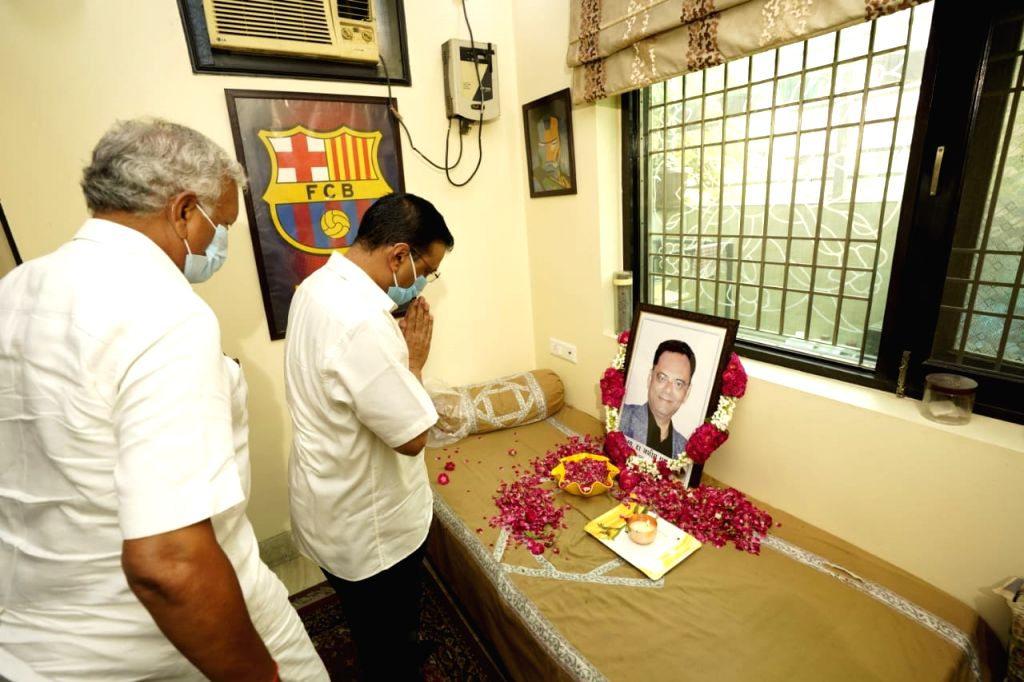 Delhi Chief Minister Arvind Kejriwal met the family of late Dr. Aseem Gupta who had recently succumbed to coronavirus and handed over compensation of Rs 1 crore to them,in New Delhi on ... - Arvind Kejriwal and Aseem Gupta