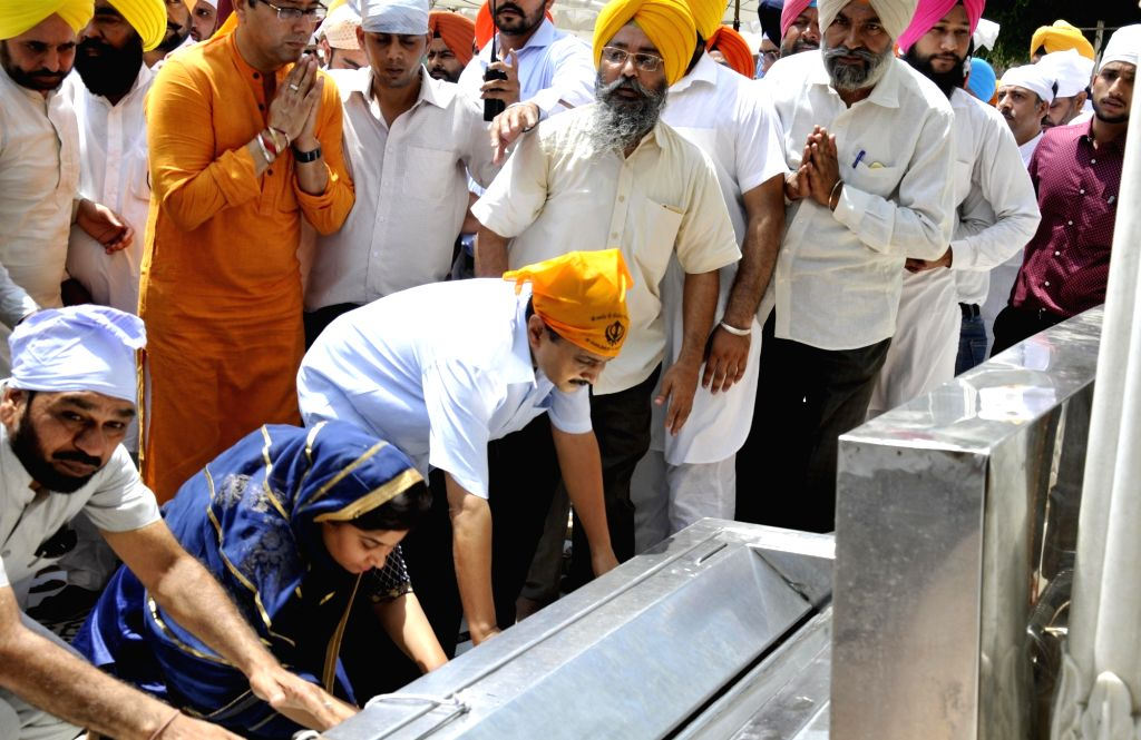 Delhi Chief Minister Arvind Kejriwal pays obeisance at the Golden Temple in Amritsar on May 29, 2017. - Arvind Kejriwal