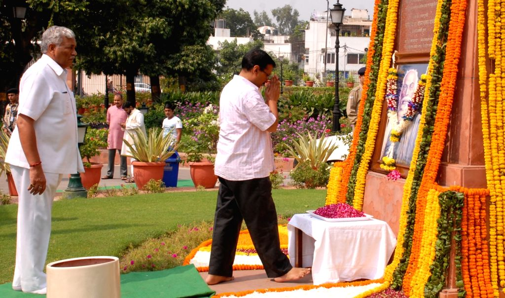 Delhi Chief Minister Arvind Kejriwal pays tribute to martyr Bhagat Singh on the eve of his birth anniversary in New Delhi on Sept 27, 2016. Also seen Delhi Assembly speaker Ram Niwas Goel. - Arvind Kejriwal and Bhagat Singh
