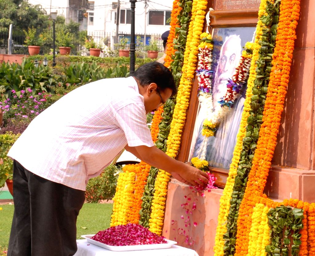 Delhi Chief Minister Arvind Kejriwal pays tribute to martyr Bhagat Singh on the eve of his birth anniversary in New Delhi on Sept 27, 2016. - Arvind Kejriwal and Bhagat Singh