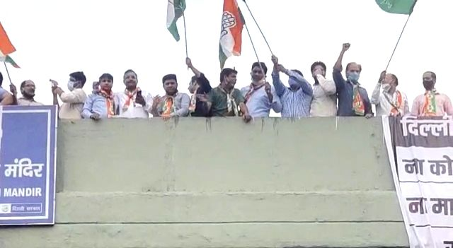 Delhi Congress workers did flash protest against Kejriwal.