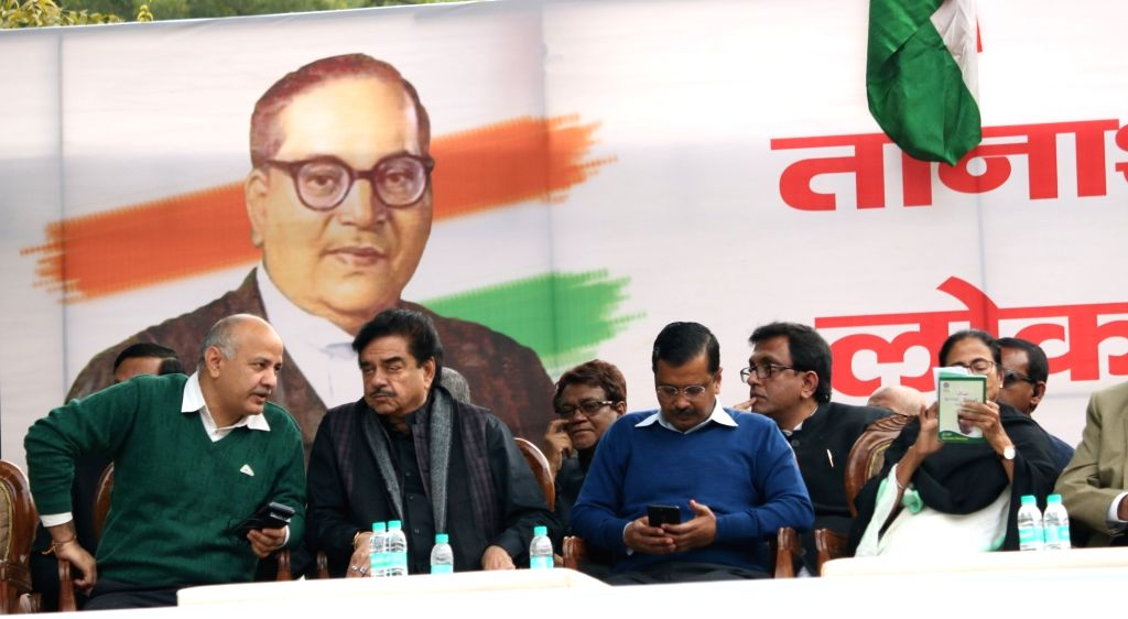 Delhi Deputy Chief Minister and AAP leader Manish Sisodia, actor turned politician Shatrughan Sinha, Delhi Chief Minister and AAP leader Arvind Kejriwal and during a sit-in protest against ... - Shatrughan Sinha and Arvind Kejriwal