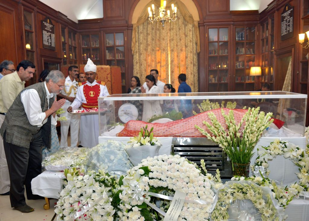 Delhi Lt Governor Najeeb Jung pays tribute to the mortal remains of President Pranab Mukherjee's wife Suvra at Rashtrapati Bhawan on Aug 18, 2015. - Pranab Mukherjee