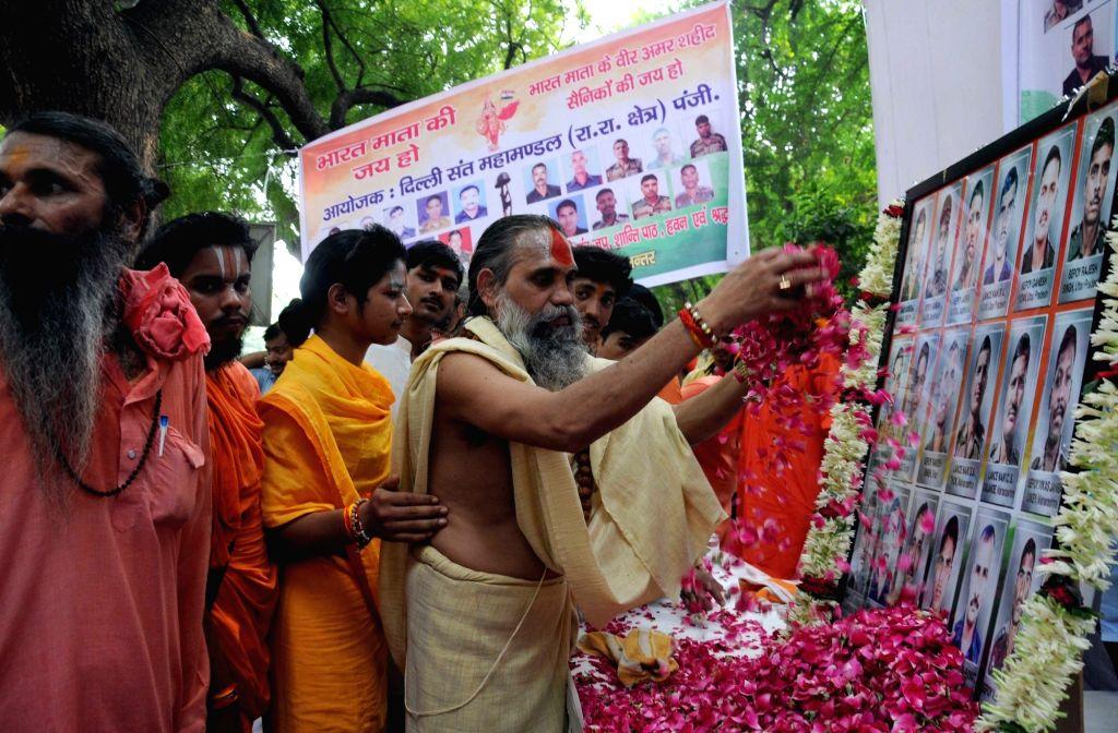Delhi Sant Mahamandal members pay tribute to Uri martyr at Jantar Mantar in New Delhi on Sept 20, 2016.