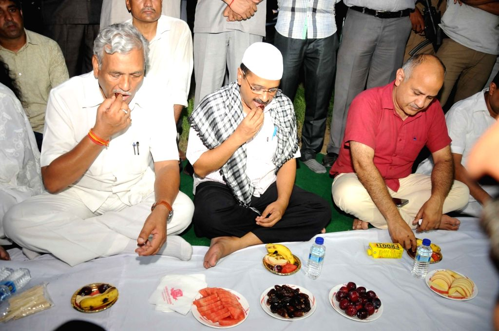 Delhi Speaker Ram Niwas Goel, Chief Minister Arvind Kejriwal and Deputy Chief Minister Manish Sisodia during an Iftaar Party at Delhi Assembly in New Delhi on June 26, 2016. - Ram Niwas Goel and Arvind Kejriwal