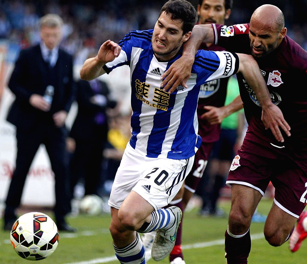 Deportivo La Coruna's defender Manuel Pablo (R) fights for the ball with next to defender Joseba Zaldua (L) of Real Sociedad during their Primera Division soccer match played at Anoeta stadium in San ...