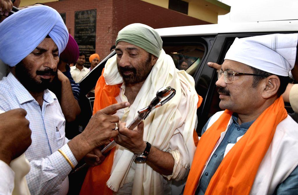Dera Baba Nanak: BJP's Lok Sabha candidate from Gurdaspur, Sunny Deol during his visit to Gurdwara Darbar Sahib in Punjab's Dera Baba Nanak, on May 2, 2019.