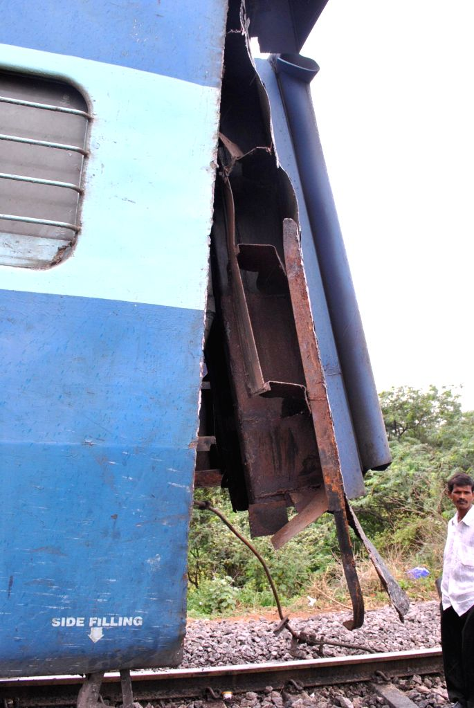 Detached bogie of Hazrath Nizamuddin – Yeshwantapur Sampark Kranti Express after the coupling that joins coaches snapped near Kacheguda railway station in Andhra Pradesh on July 21, 2014.